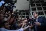 « La démocratie est menacée par tout responsable politique qui emploie l'argent public à des fins népotiques» (Photo: des militants qui soutiennent François Fillon l'attendent à l'aéroport de Saint-Denis à la Réunion où le candidat va passer 3 jours).