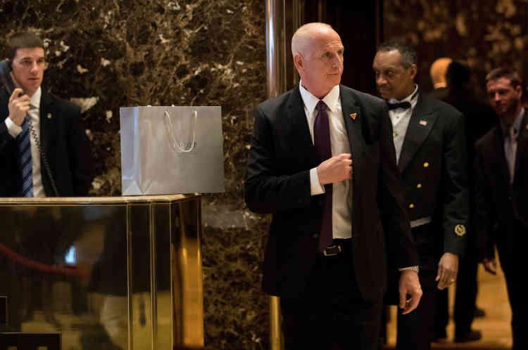 Ancien inspecteur de police à New York, Keith Schiller estengagé auprès de Donald Trump depuis 1999.A 57 ans, l'inamovible garde du corps du président a le titre ronflant de directeur des opérations du bureau Ovale. M.Schiller s'est notamment fait remarquer pendant la campagne lorsqu'en août 2016 il aéjecté physiquement le journaliste Jorge Ramos de la chaîne Univision, lors d'une conférence de presse.