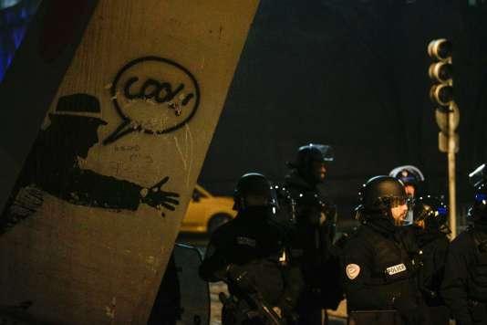Des policiers venus encadrer la manifestation à Bobigny, le 11 février.