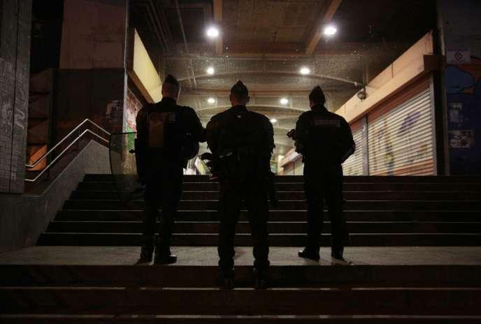 Policiers en surveillance dans le quartier de la Rose des vents de la Cité des 3000 à Aulnay-sous-Bois (Seine-Saint-Denis) le 6 février.