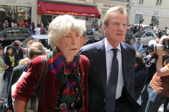 Evelyne Pisier arrive en compagnie de son ex-mari Bernard Kouchner le 5 mai 2011 lors de l'enterrement de l'actrice Marie-France Pisier à Paris.