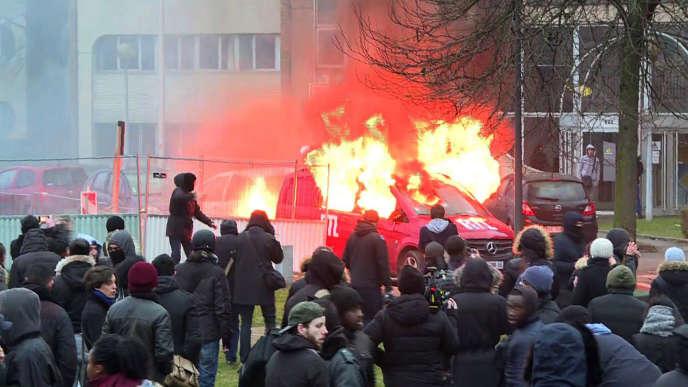 Le véhicule de RTL en feu lors de la manifestation à Bobigny, le 11 février 2017.