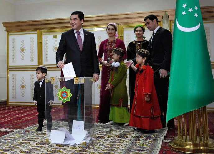 Le président Gourbangouli Berdimoukhamedov qui dirige le pays depuis 2006, dans un bureau de vote d'Achgabat, la capitale du Turkménistan, le 12 février 2017
