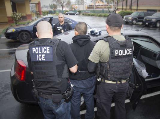 Photo diffusée le 7 février 2017 par l'Immigration and Customs Enforcement (ICE), montrant ses agents en train d'arrêter un homme, à Los Angeles.