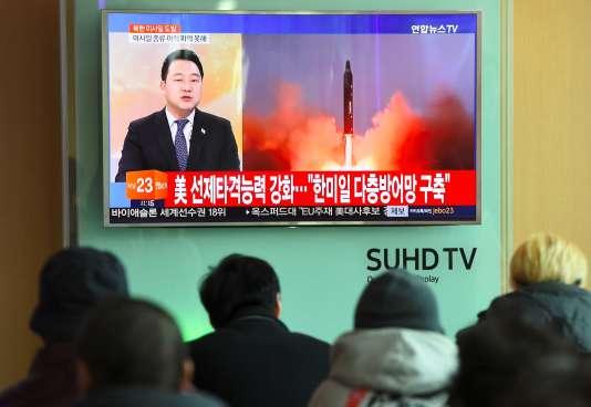 Des Sud-Coréens suivent en direct, à la télévision, les informations relatives au lancement d'un missile balistique nord-coréen. A Séoul, le 12 février.