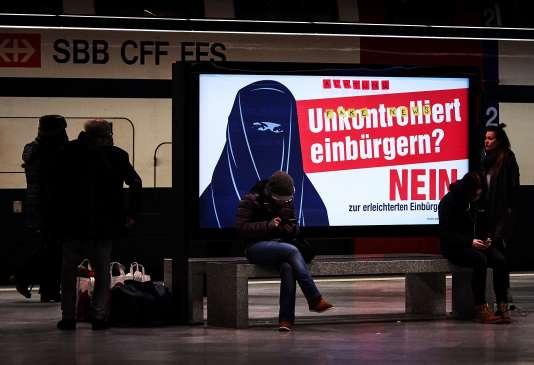 L'affiche du comité contre la naturalisation facilitée sur laquelle il est écrit:«Naturalisations incontrôlées? NON», à la gare Zurich (Suisse), le 7 février 2017