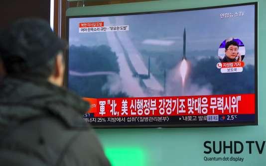 Sur un écran de télévision dans une gare de Séoul, le 12 février.
