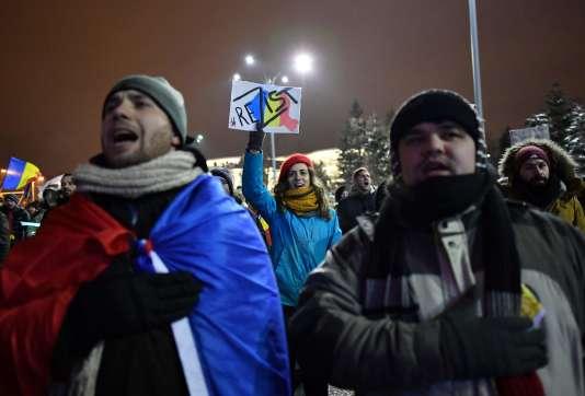 Manifestation devant le siège du gouvernement roumain à Bucarest, dimanche12février 2017.