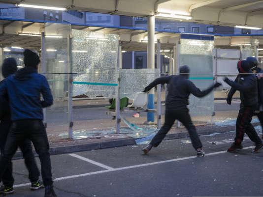 Incidents en marge du rassemblement à Bobigny. A la gare routiere de Bobigny des abris bus ont été détruits.