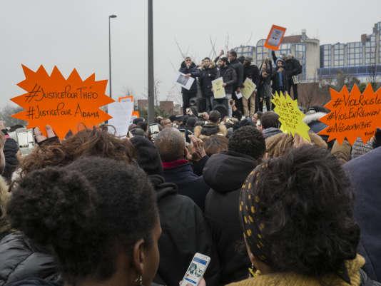 Prise de parole durant le rassemblement devant le Tribunal de Bobigny. Venus de plusieurs banlieues de Paris, les intervenants demandent justice suite à l'agression de Theo a Aulnay Sous Bois.