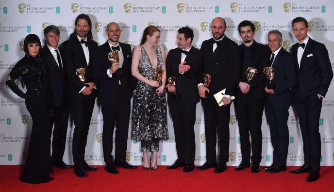 Les producteurs Fred Berger (4e à droite), Jordan Horowitz (4e à gauche) et Marc Platt (2e à droite) avec le Bafta du meilleur film pour «La La Land», aux côtés de l'actrice Emma Stone (au milieu), le réalisateur Damien Chazelle (3e à droite), le cinéaste suédois Linus Sandgre (3e à gauche), le compositeur Justin Hurwitz (5e à droite), aux côtés des présentateurs de la cérémonie Noomi Rapace (à gauche) et Tom Hiddleston (à droite), le 12 février à Londres.
