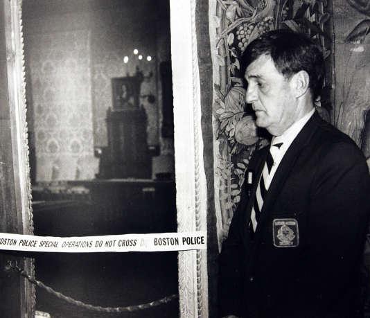 En mars 1990, un gardien est posté dans la Salle Hollandaise du musée, où plusieurs tableau de maître ont été dérobés.