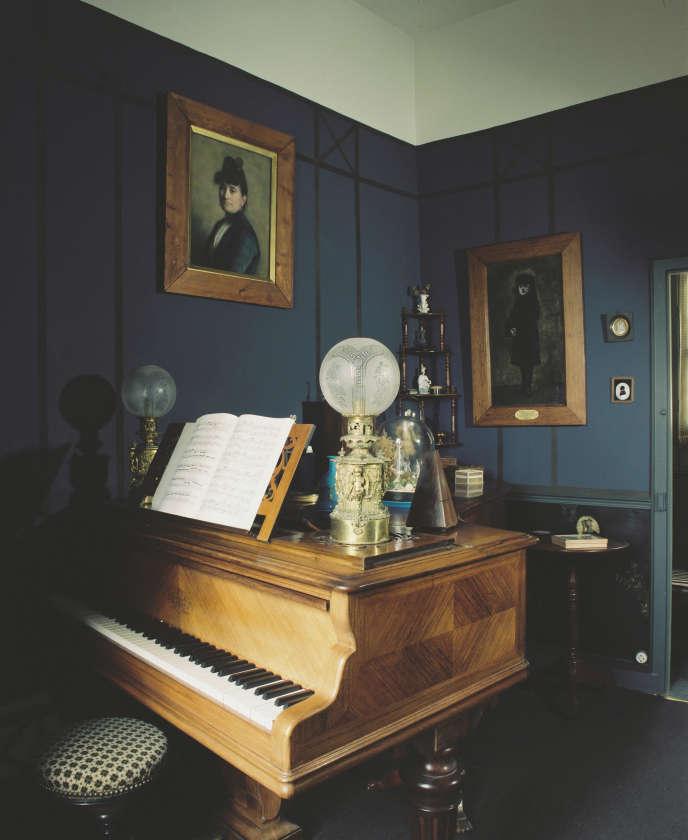 Le piano Erard sur lequel jouait Maurice Ravel (1875-1937), dans sa maison de Montfort-l'Amaury (Yvelines).