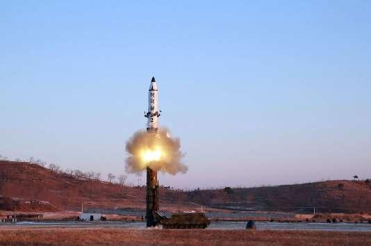 Photo diffusée le 13 février par l'agence de presse officielle nord-coréenne, KCNA, montrant le lancement d'un missile depuis un lieu inconnu.