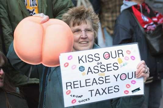 «Embrassez nos fesses, présentez vos feuilles d'impôts», pouvait-on lire sur une pancarte lors d'une manifestation devant la Trump Tower de Chicago, dimanche 12 février 2017.