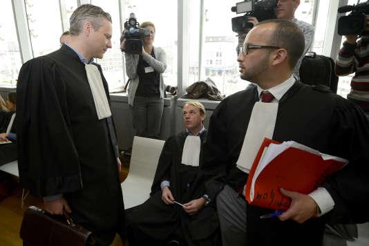 Walter Damen (à gauche), l'avocat de Hakim Elouassaki, au tribunal d'Anvers.