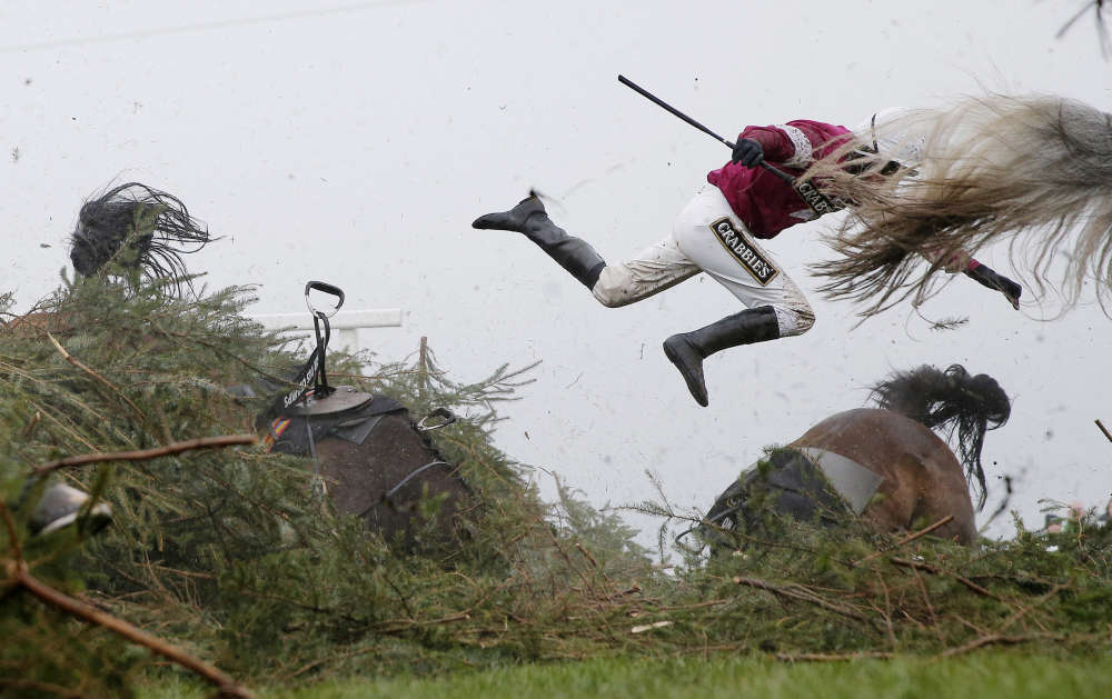 Jockey Nina Carberry et sa monture, «Sir Des Champs», tombent pendant une épreuve de saut d'obstacles à Liverpool, le 9 avril.
