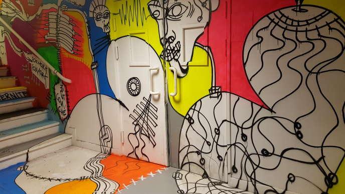 Une installation dans la cage d'escalier du LAB14, exposition d'art urbain dans des anciens locaux de La Poste.