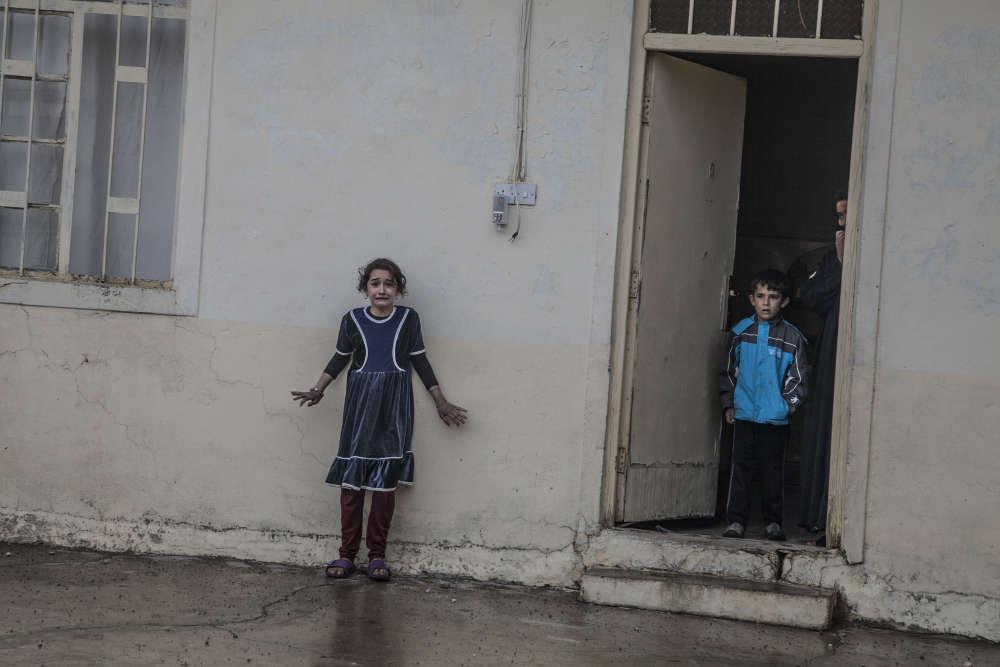 A Gogjali, quartier libéré de Mossoul, le 2 novembre 2016.Les combattants de la Division d'or, les forces antiterroristes de l'armée irakienne, vérifient une à une les maisons et leurs habitants. Une opération doublement risquée : pour les soldats, qui pénètrent en terrain hostile, et pour les 5 000 civils terrorisés restés vivre sur place, parmi lesquels se cachent des combattants de l'organisation Etat islamique (EI).Le traumatisme laissé par les combats et les bombardements se lit sur les visages. Des enfants ont un regard mi-étonné mi-ébahi à la vue des militaires.