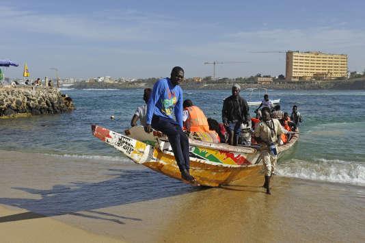 Pirogue effectuant la traversée depuis le continent vers l'île de Ngor.