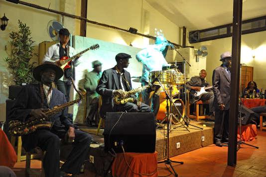 Concert live par Orchestra Baobab chez Bazoff.