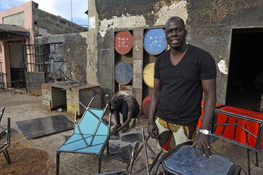 Le designer Ousmane Mbaye devant son atelier dans le quartier de Soumbedioune.