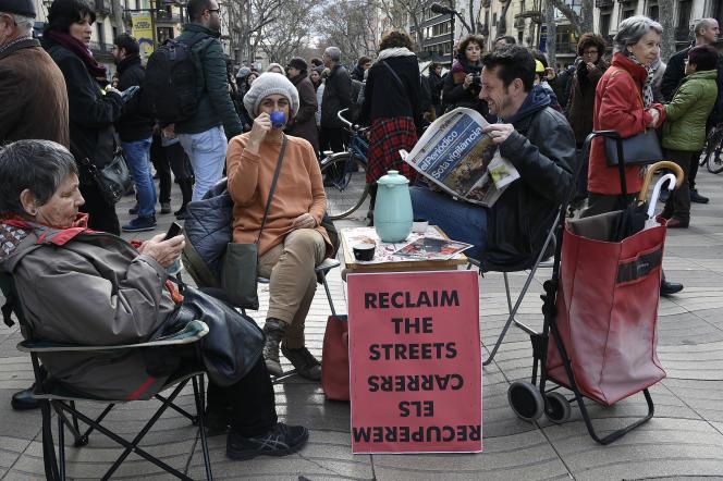 Des manifestants sirotent un café, le 28 janvier à Barcelone.