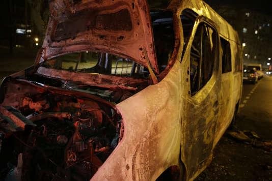 Carcasse d'un van brûlé à Argenteuil, dimanche 12 février 2017.