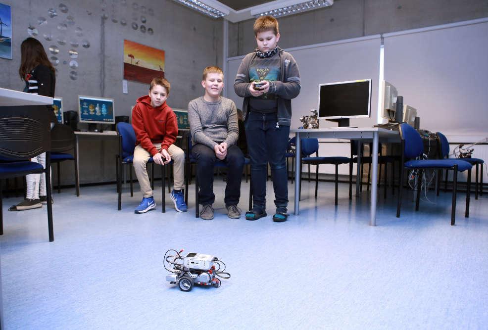 Des élèves font fonctionner un robot qu'ils ont eux-même assemblé. Ils participent régulièrement à des concours interécoles, où les meilleurs robots sont récompensés.