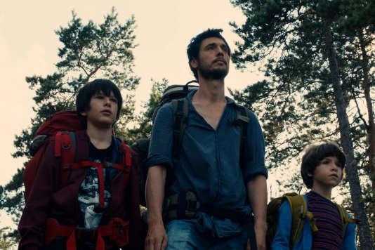 Théo Van de Voorde, Jérémie Elkaïm et Timothé Vom Dorp dans le film français et suédois de Gilles Marchand,« Dans la forêt».