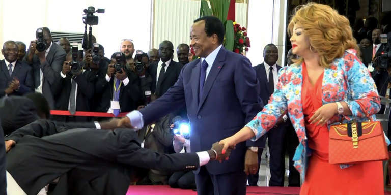 A la suite de leur victoire à la CAN, les joueurs de l'équipe nationale du Cameroun ont été reçus par le président et la première dame qu'ils saluent en parodiant les courbettes du ministre des sports.
