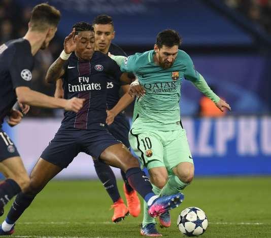 Presnel Kimpembe au duel face à un Lionel Messi étouffé, le 14 février 2017.