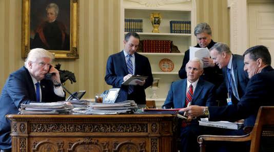 Donald Trump, Reince Priebus, Mike Pence, Steve Bannon, Sean Spicer et Michael Flynn en conversation téléphonique avec Vladimir Poutine dans le bureau ovale le 28 janvier.