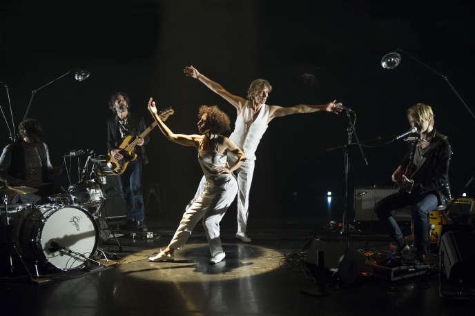 Représentation du concert-dansé «Sympathetic Magic»avec Héla Fattoumi et Eric Lamoureux (au centre), et le guitariste Peter von Poehl (à droite), au Centre chorégraphique de Belfort, le 30 novembre 2016.