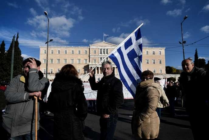 La population grecque acceptera-t-elle de nouvelles concessions, alors qu'elle est déjà durement éprouvée par l'austérité ? Ici des agriculteurs protestent contre de nouveaux impôts, le 14 février 2017.