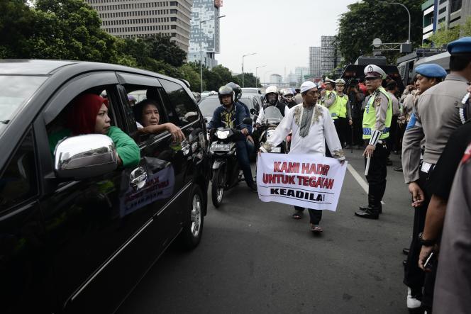 Un homme musulman manifeste devant le tribunal où un candidat au gouvernorat de Djakarta est jugé pour avoir blasphémé l'islam, à Djakarata, le 27 décembre 2016.