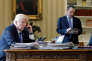 Donald Trump au téléphone avec Vladimir Poutine, dans le bureau Ovale, le 28 janvier.