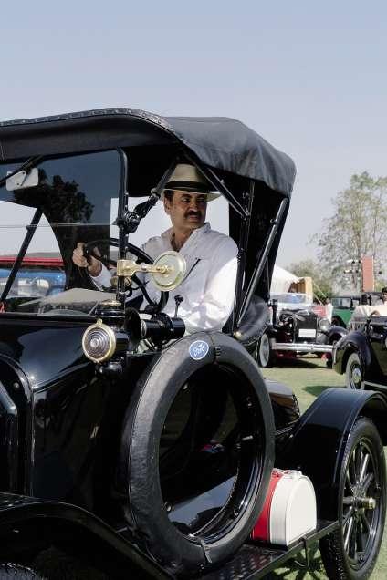 Manvendra Singh Barwani, commissaire de la manifestation, au volant d'une Ford de 1915.
