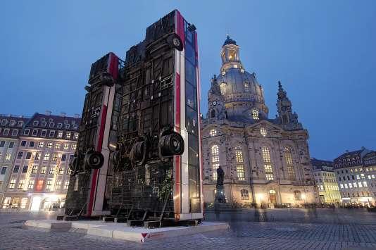 « Monument», la sculpture de Manaf Halbouni, sur la place du Nouveau-Marché de Dresde.
