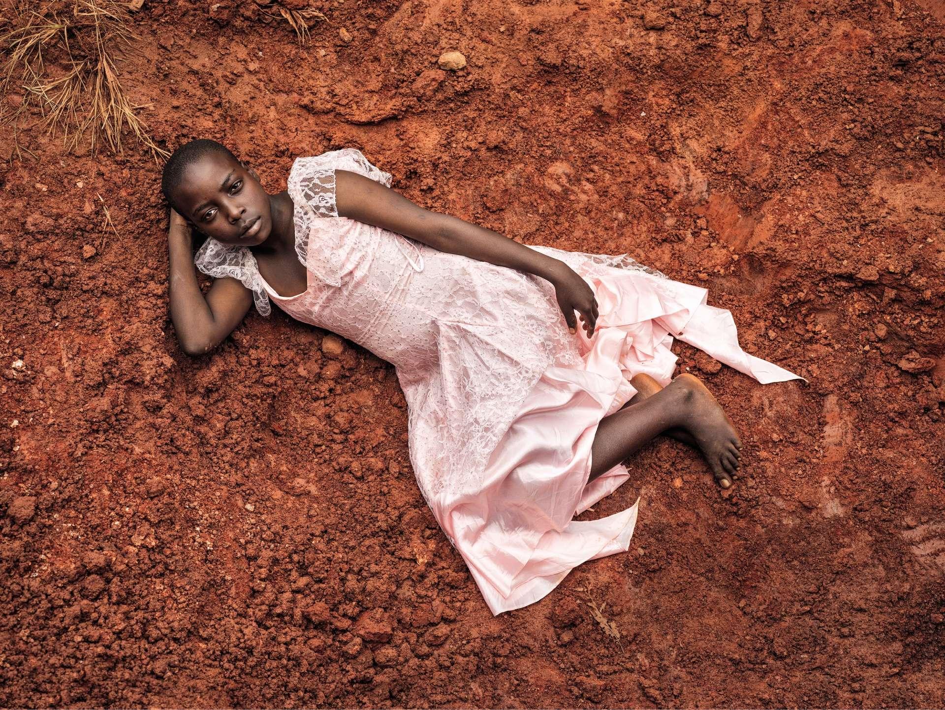 1994 est l'année du génocide au Rwanda et celle de la fin de l'apartheid en Afrique du Sud. La barbarie et l'espoir. Une année charnière qui, dans les deux pays, signe la fin d'un monde, et hante «1994 », la série du photographe sud-africain Pieter Hugo. Portrait #12, Rwanda, 2015.