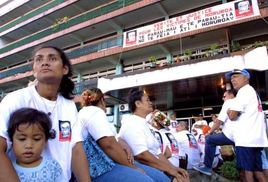 Manifestation de l'association Mururoa e Tatou, qui lutte pour les droits des anciens travailleurs du Centre d'expérimentation du Pacifique, le 26 juillet 2003 à Faaa (Poynésie).