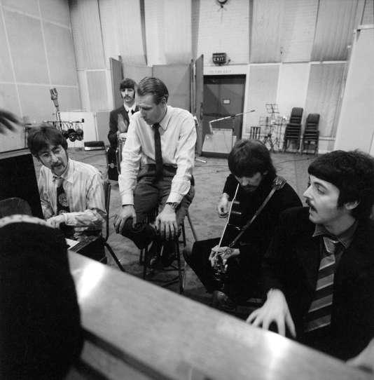 George Martin et The Beatles en studio en 1967.