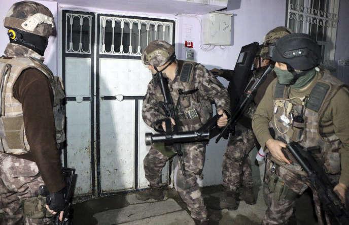 Lors d'une opération policière visant des membres présumés de l'EI, le 5 février, à Adiyaman (sud-est de la Turquie).