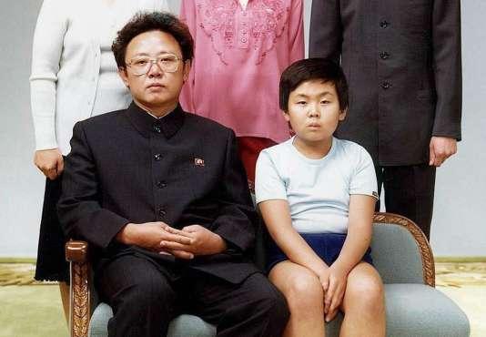 Photo prise en 1981 et transmise à l'Agence France-Presse en 2000 montrant le dirigeant nord-coréen Kim Jong-il (à gauche) aux côtés de son fils Kim Jong-nam, à Pyongyang.