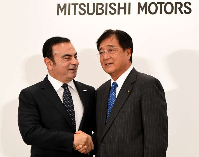 Carlos Ghosn, le patron de Nissan et Osamu Masuko, le directeur exécutif de Mitsubishi, le 20 octobre 2016, à Tokyo.