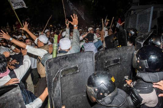Une autre manifestation similaire, le 4 novembre 2016, a dégénéré.