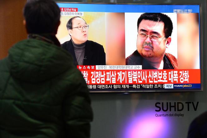 Une chaîne de télévision diffuse un sujet sur Kim Jong-nam, à Séoul, le 14 février.
