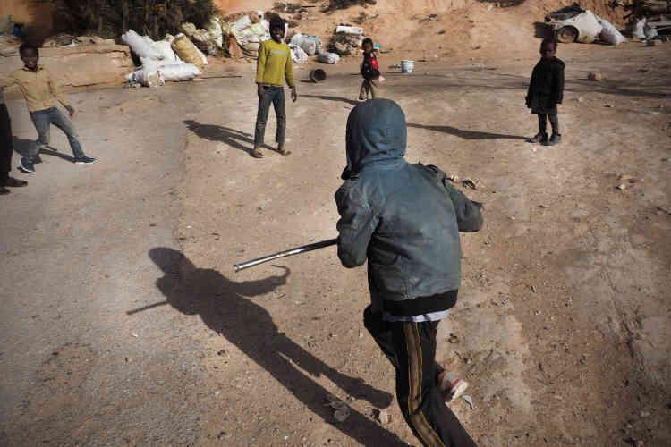 Une famille originaire du Darfour a trouvé refuge à Zinten il y a dix ans. Les enfants sont nés ici; et sa seule source de revenusprovient de la récupération de ferraille et sa revente.