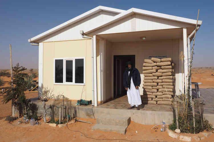Moktar Al-Akhdar chez lui, dans une maison nouvellement construite au milieu du désert.