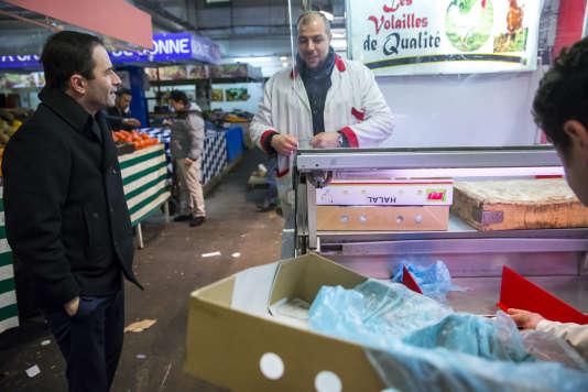 Benoît Hamon, candidat du PS à la présidentielle, en campagne sur le marché d'Alfortville, mercredi 15 février.